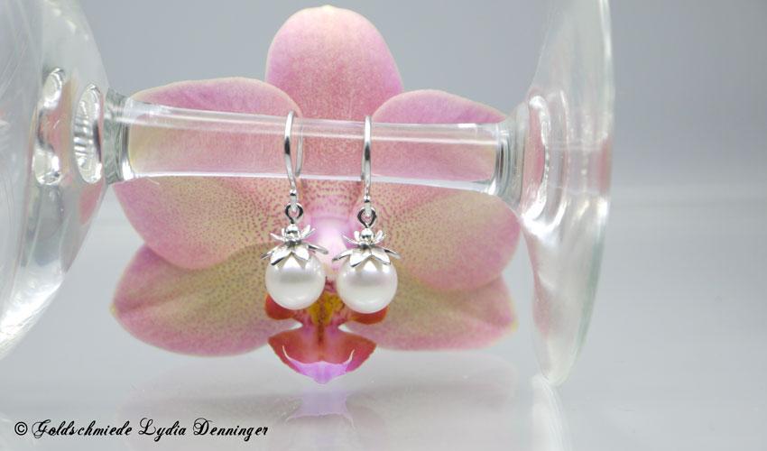 Ohrhänger mit Blütenfassung 925er Silber, eismattiert und rhodiniert, Süßwasserperle