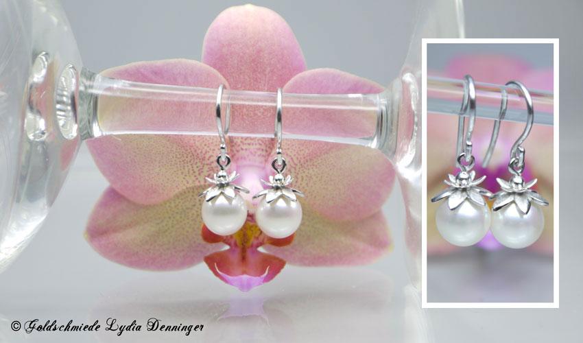 Perlenohrhänger mit Akoyaperlen in Blütenfassung