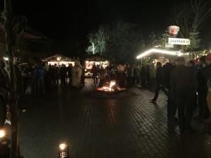 Eine offene Feuerstelle sorgt für Wärme und romantische Stimmung