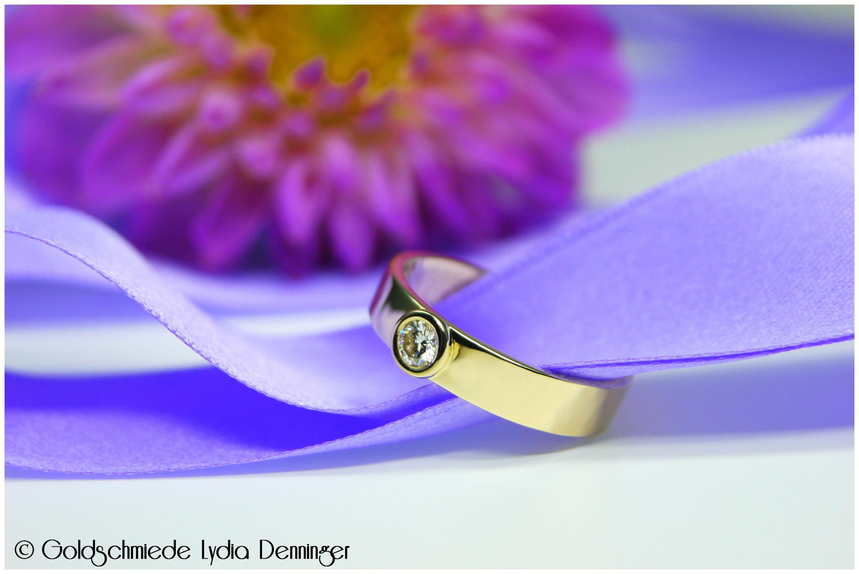 Der neue Ring wurde mit einer geraden Ringschiene geschmiedet. Der vorhandene Brillant ist in einer ebenso geraden Fassung eingebettet worden. Eleganz pur!