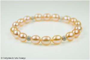 Perlenarmband gefärbt mit diamantierten Silberkugeln
