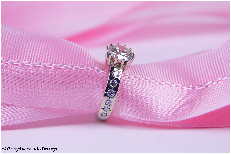Umarbeitung Brosche zu einem Verlobungsring, von der Brosche ist nur noch die Kronenfassung mit dem Brillanten übrig geblieben