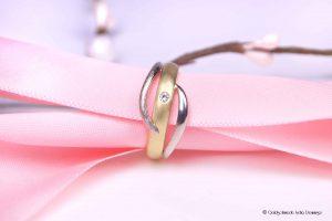Aus alten Weißgold- u. Gelbgoldringen wurde ein neuer moderner Ring geschmiedet und ein echter Brillant eingerieben