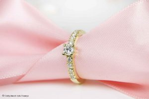Memoire-Ring mit Solitär-Brillant aus drei Altgoldringen mit alten Brillanten umgearbeitet