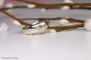 Verlobungsring mit Herzgravur und Brillanten